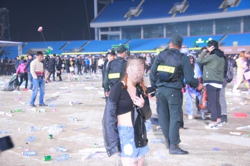Hà Nội: Sốc với cảnh giới trẻ mặc quần lót, áo ngực đi xem ca nhạc tại sân vận động Mỹ Đình - Ảnh 5