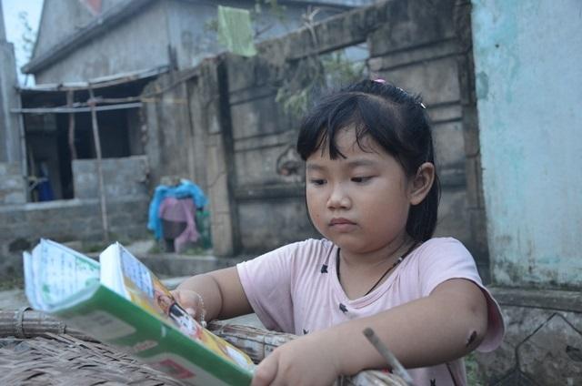 Nhai mì gói sống qua ngày sau bão, bé gái 6 tuổi vẫn không quên hỏi: 'Sách vở con đâu mẹ? Mẹ ơi, vở con ướt hết rồi?' - Ảnh 3