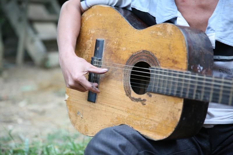 Cuộc sống đơn sơ hạnh phúc của người nghệ sĩ mù dưới chân núi Pù Huột