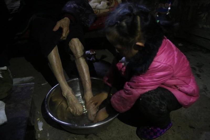 Cảm phục bé gái 5 tuổi một thân nuôi hai người bà nằm liệt giường - Ảnh 3