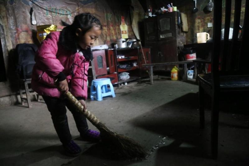 Cảm phục bé gái 5 tuổi một thân nuôi hai người bà nằm liệt giường - Ảnh 4