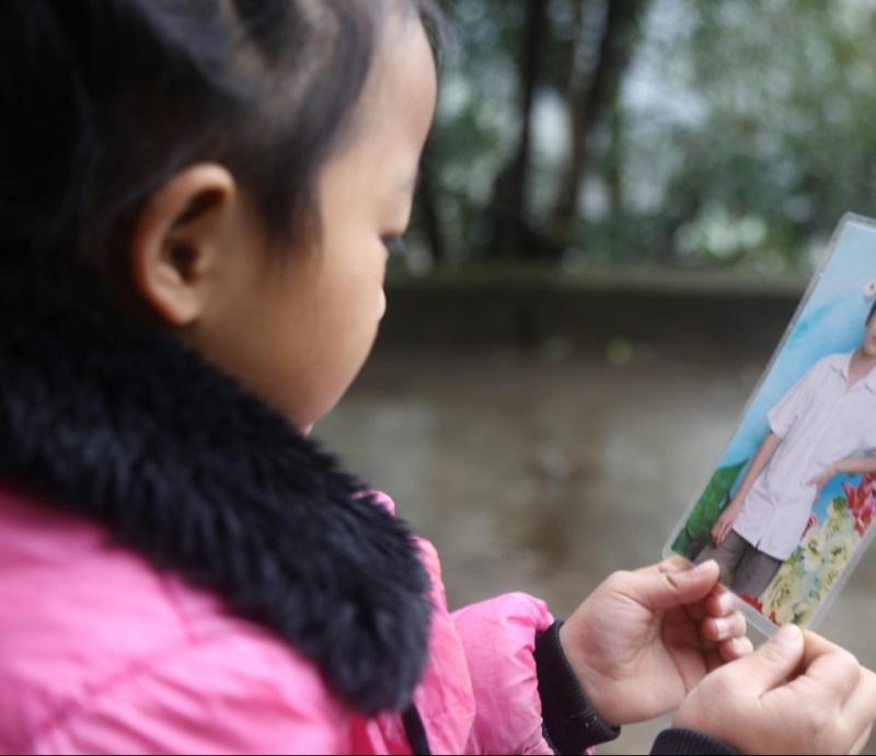 Cảm phục bé gái 5 tuổi một thân nuôi hai người bà nằm liệt giường - Ảnh 8