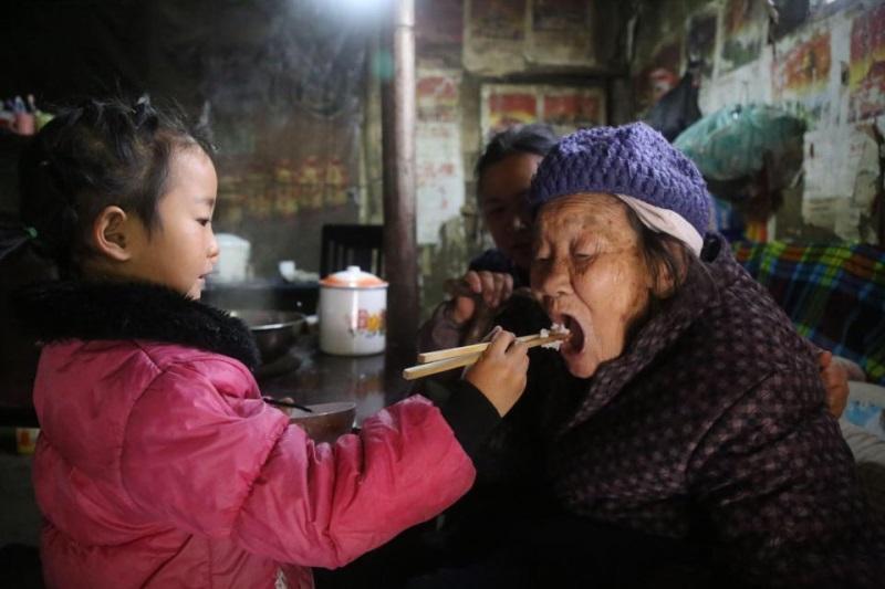 Cảm phục bé gái 5 tuổi một thân nuôi hai người bà nằm liệt giường - Ảnh 1