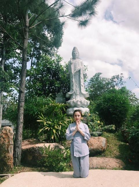 Trước 'sự cố' của MC Nguyễn Cao Kỳ Duyên, hàng loạt sao Việt từng diện trang phục xuyên thấu, 'thiếu vải' chốn linh thiêng khiến nhiều người tá hỏa - Ảnh 8