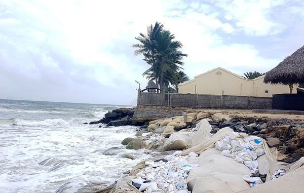 Biển Cửa Đại (Hội An, Quảng Nam) sạt lở nghiêm trọng được kè bằng bao cát (Trong ảnh: Sạt lở bờ biển phía trước Hoi An Beach resort) - Ảnh: Vĩnh Nhân