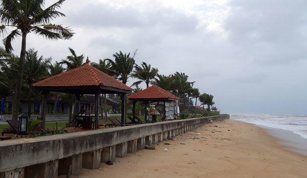 Kè bờ biển phía trước Resort Ana Mandara (thị trấn Thuận An, huyện Phú Vang, Thừa Thiên- Huế) phía Bắc khu vực bãi tắm Thuận An - Ảnh: Duy Lợi
