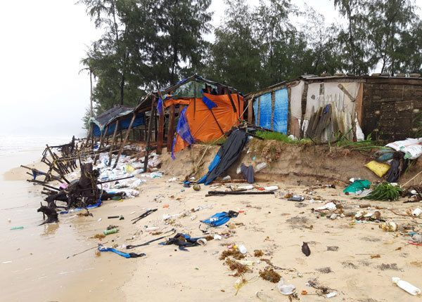 Sạt lở bờ biển đoạn qua thôn 3, xã Vinh Hải, huyện Phú Lộc, Thừa Thiên - Huế - Ảnh: Duy Lợi