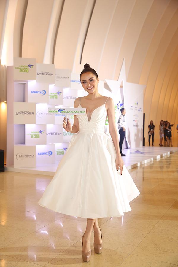 Hoa hậu H'Hen Niê xuất hiện kiêu sa 'lấn át' dàn mỹ nhân Vbiz - Ảnh 4