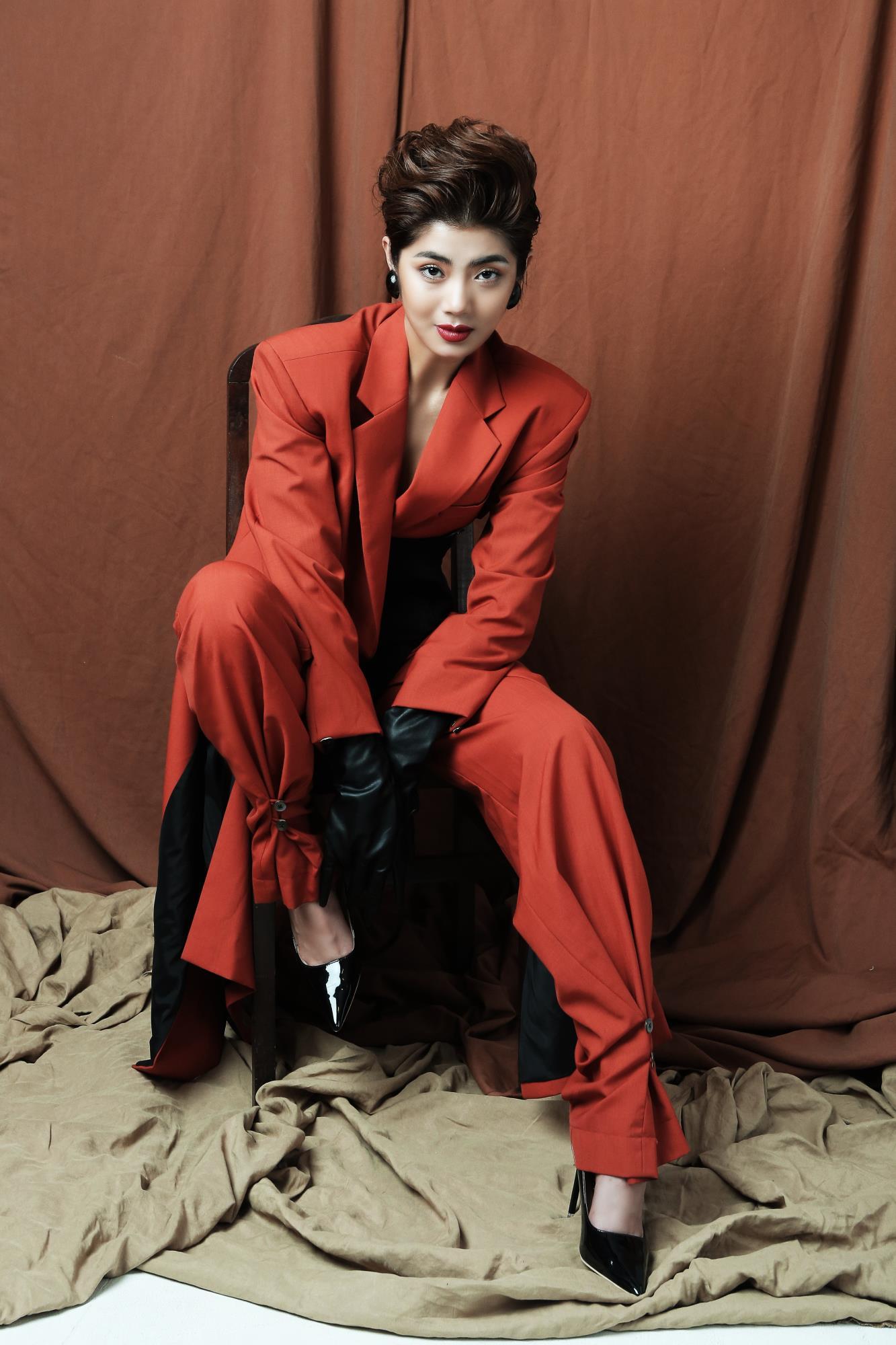'Bạn gái cũ' của Karik – Đàm Phương Linh khoe vòng 1 'lấp ló' gợi cảm trong những thiết kế high fashion - Ảnh 1