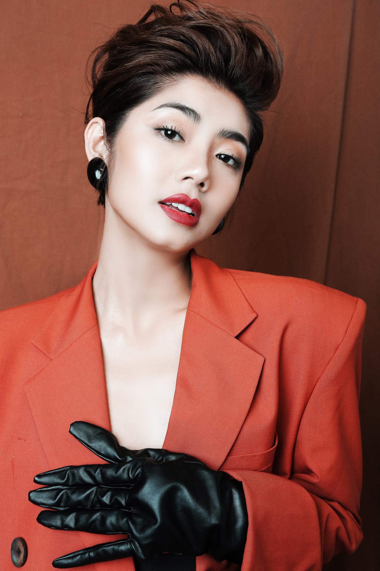 'Bạn gái cũ' của Karik – Đàm Phương Linh khoe vòng 1 'lấp ló' gợi cảm trong những thiết kế high fashion - Ảnh 2
