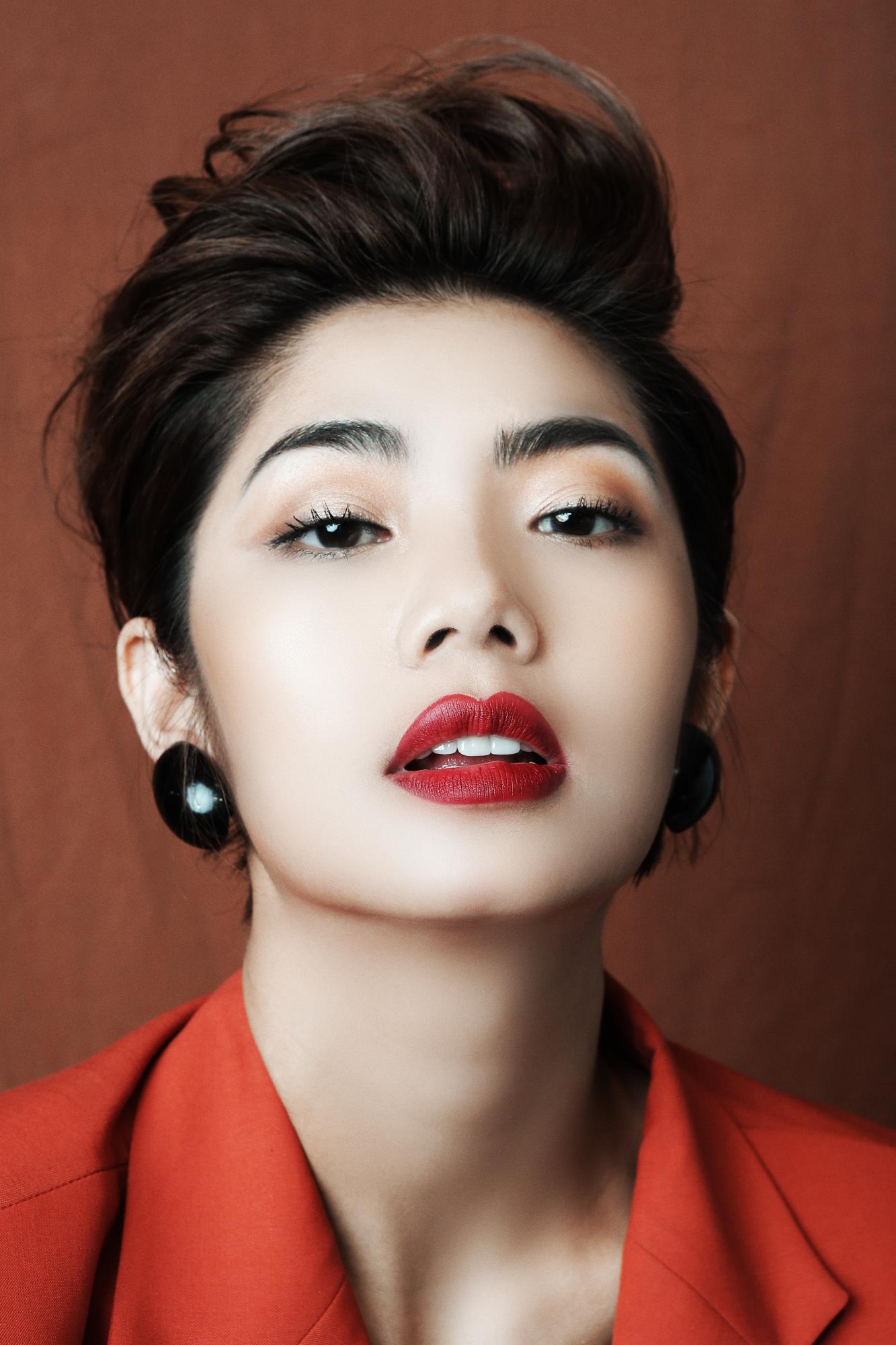 'Bạn gái cũ' của Karik – Đàm Phương Linh khoe vòng 1 'lấp ló' gợi cảm trong những thiết kế high fashion - Ảnh 3