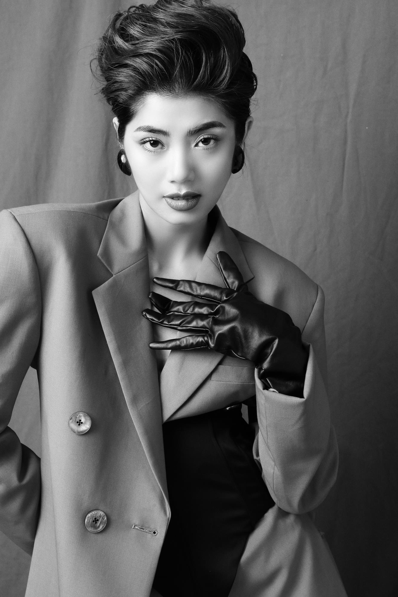 'Bạn gái cũ' của Karik – Đàm Phương Linh khoe vòng 1 'lấp ló' gợi cảm trong những thiết kế high fashion - Ảnh 4