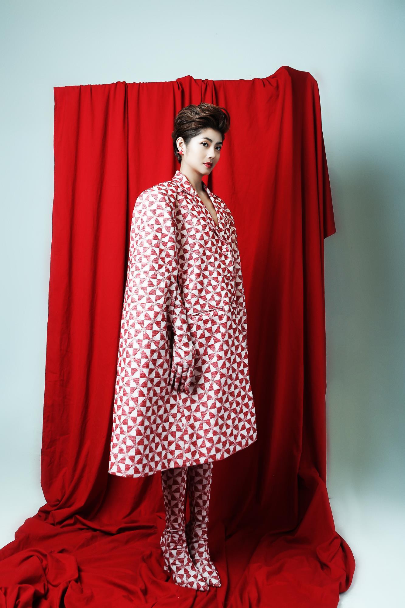 'Bạn gái cũ' của Karik – Đàm Phương Linh khoe vòng 1 'lấp ló' gợi cảm trong những thiết kế high fashion - Ảnh 6