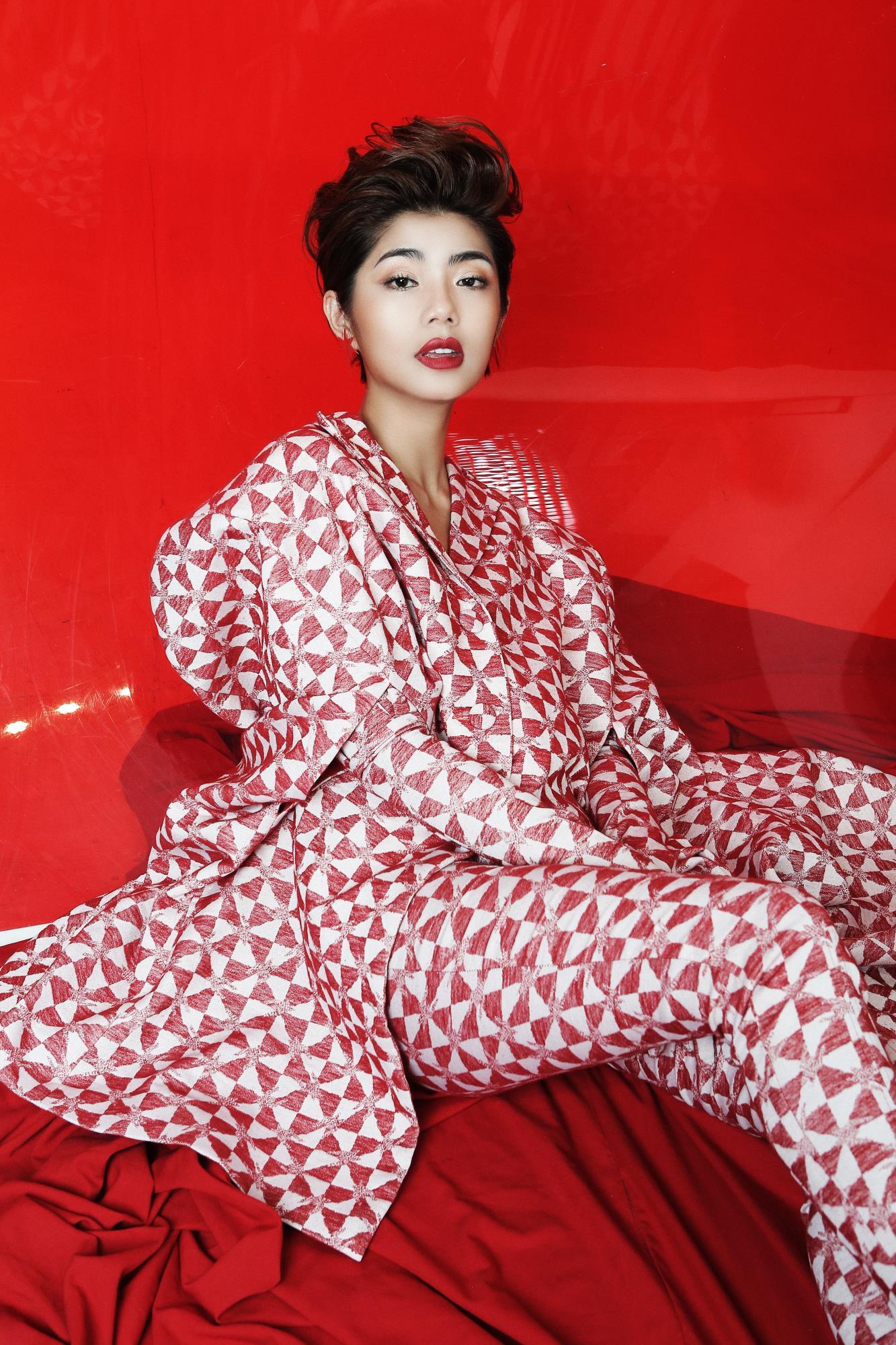 'Bạn gái cũ' của Karik – Đàm Phương Linh khoe vòng 1 'lấp ló' gợi cảm trong những thiết kế high fashion - Ảnh 8