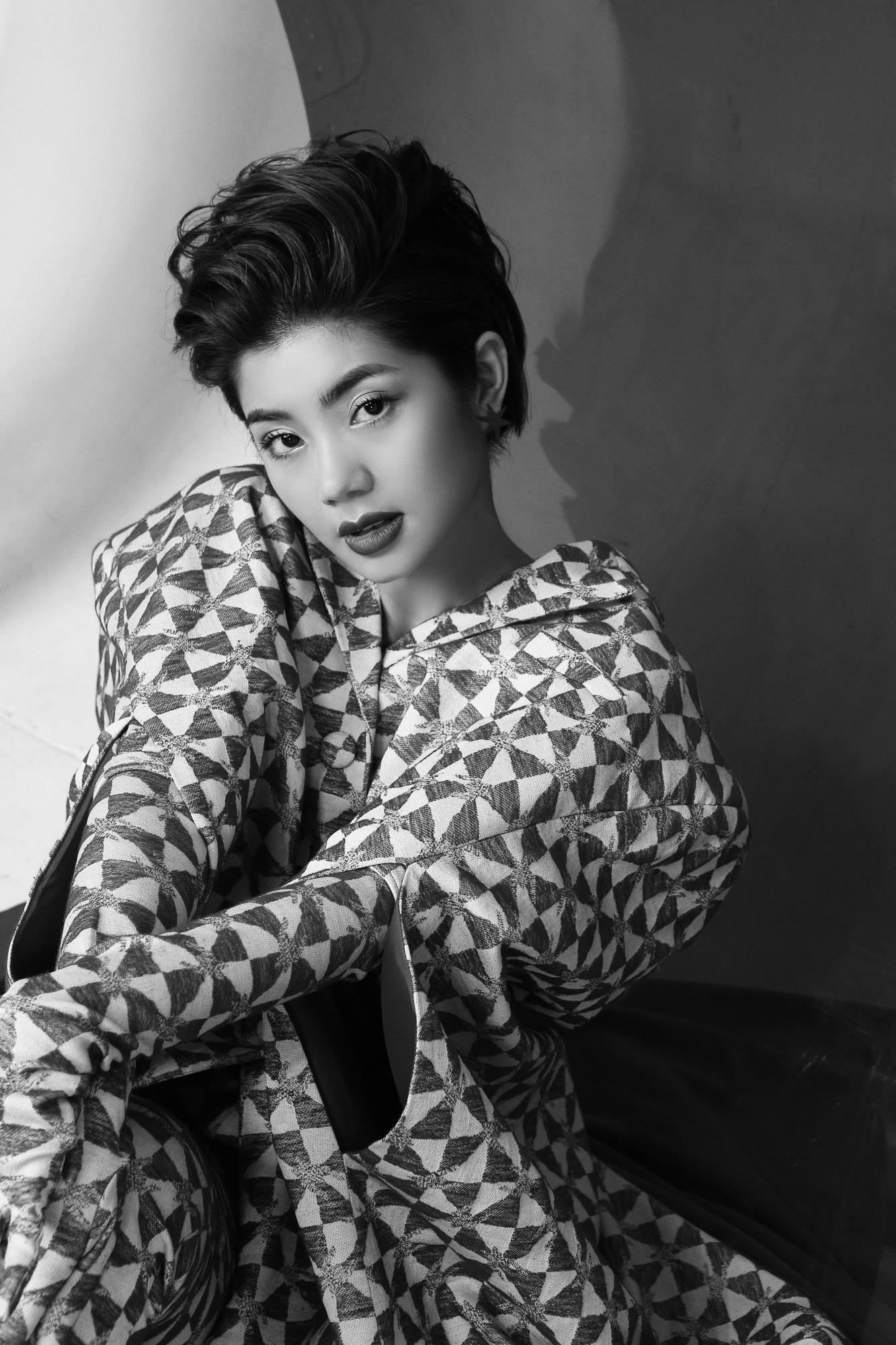 'Bạn gái cũ' của Karik – Đàm Phương Linh khoe vòng 1 'lấp ló' gợi cảm trong những thiết kế high fashion - Ảnh 9