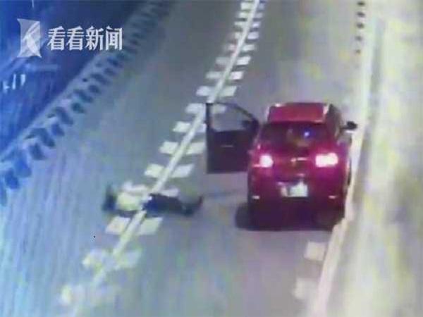Nữ tài xế nằm dài giữa đường cao tốc chỉ để ăn vạ bạn trai - Ảnh 1