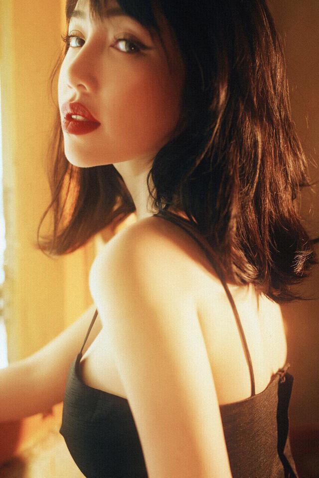 'Hot girl ngực khủng' Elly Trần khoe hình ảnh tomboy tóc nhuộm trắng khiến fan 'chao đảo' vì quá trẻ trung - Ảnh 9