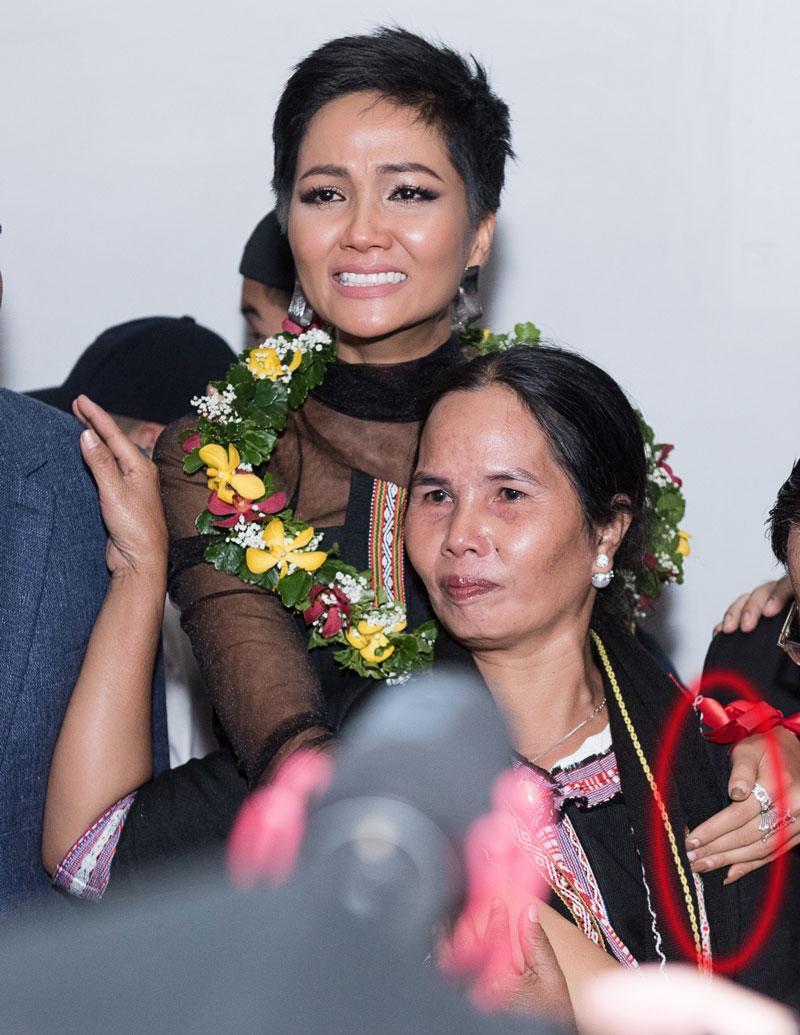 Mải mê thi đấu, Hoa hậu H'Hen Niê để lộ móng tay tróc sơn 'lổm chổm' khiến fan không khỏi xót xa - Ảnh 7