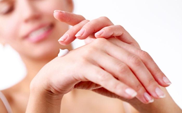 Bạn không nên thoa kem dưỡng da lên lưng bàn tay.