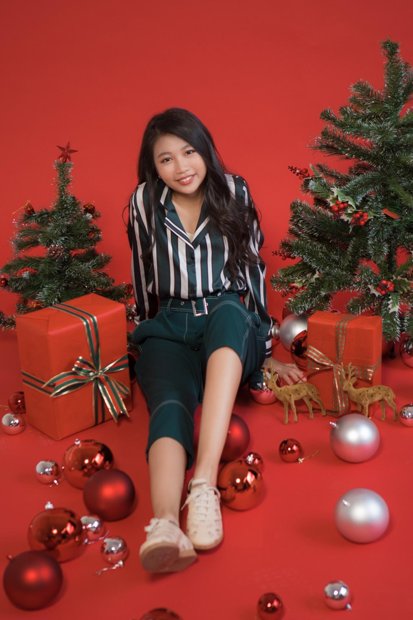 Hoa hậu Hoàn vũ nhí Ngọc Lan Vy 'lột xác' thành 'thiếu nữ' xinh đẹp trong bộ ảnh mừng Giáng sinh - Ảnh 2