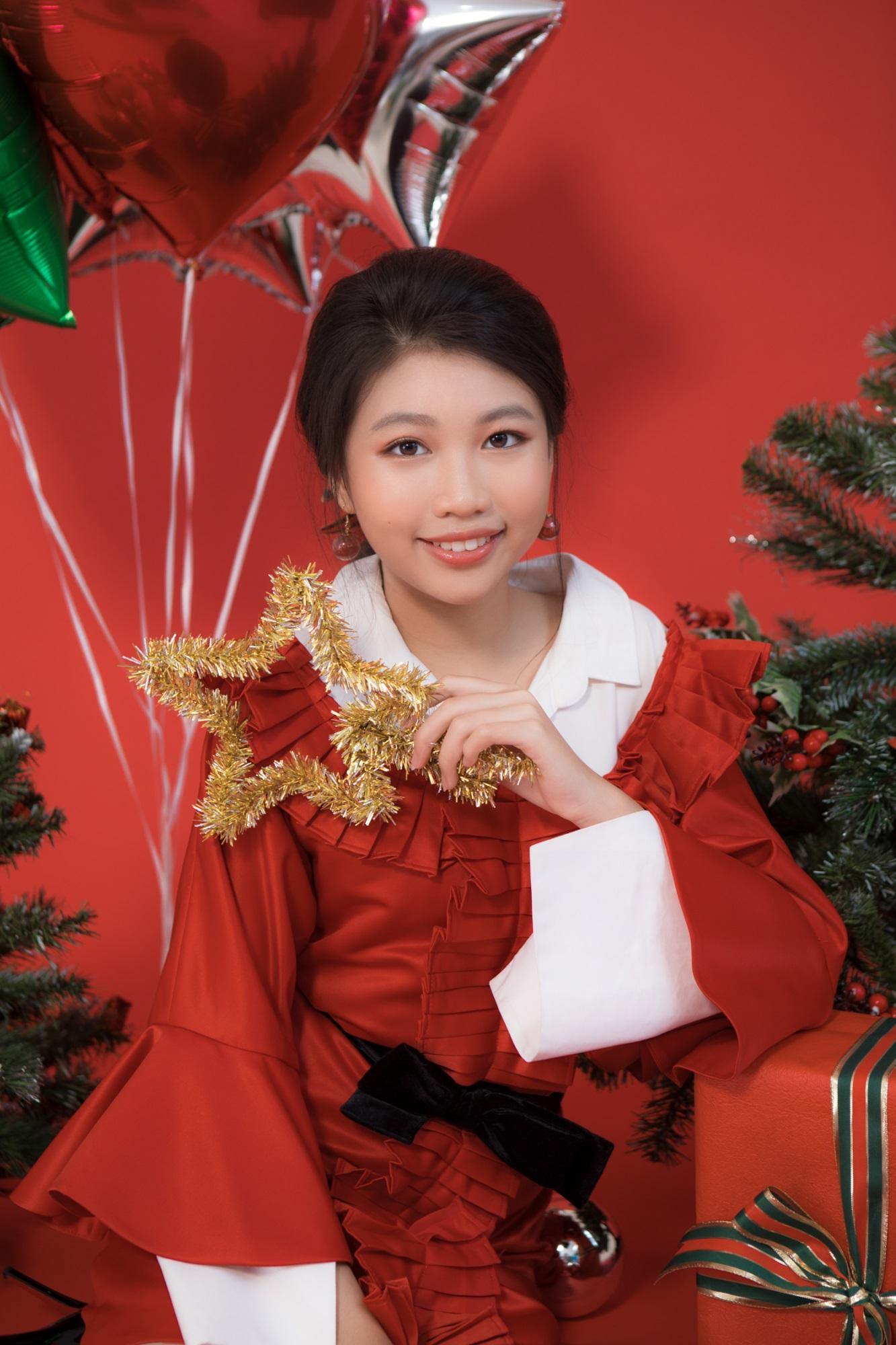 Hoa hậu Hoàn vũ nhí Ngọc Lan Vy 'lột xác' thành 'thiếu nữ' xinh đẹp trong bộ ảnh mừng Giáng sinh - Ảnh 8