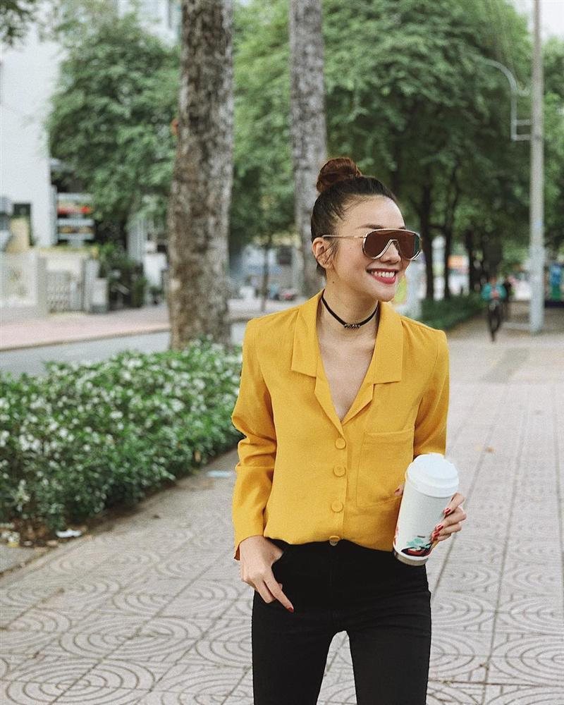 Street style đầu năm 2019: Angela Phương Trinh kín đáo, Huyền baby 'đốt cháy' không khí lạnh vì quá sexy - Ảnh 1
