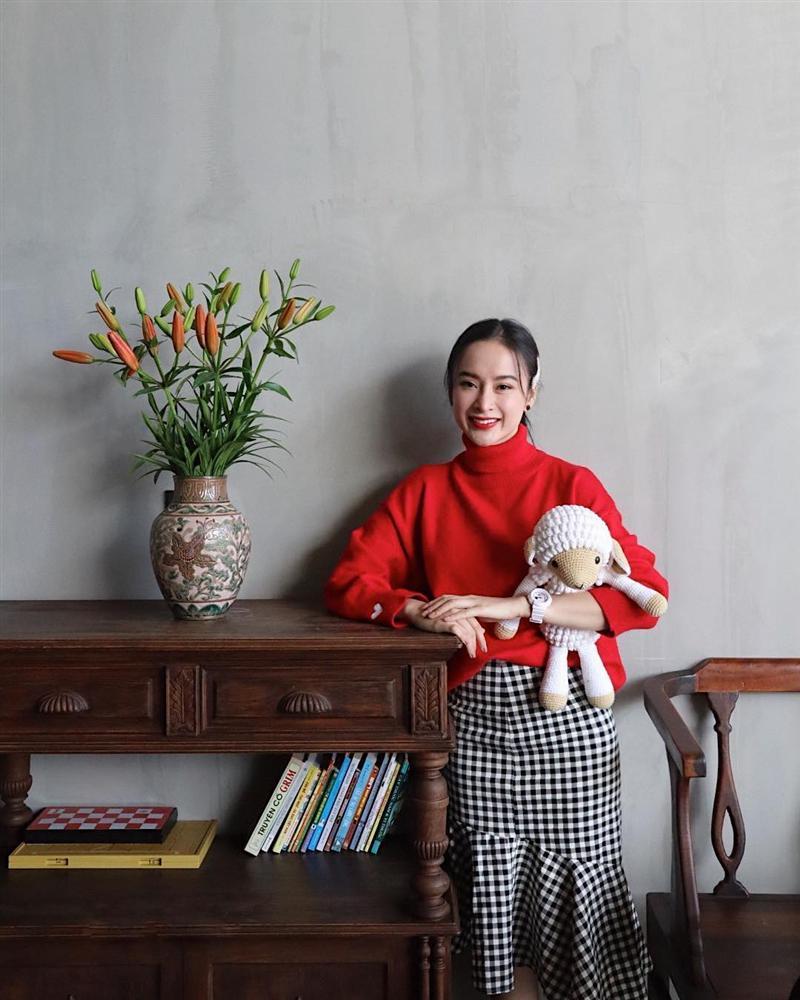 Street style đầu năm 2019: Angela Phương Trinh kín đáo, Huyền baby 'đốt cháy' không khí lạnh vì quá sexy - Ảnh 4