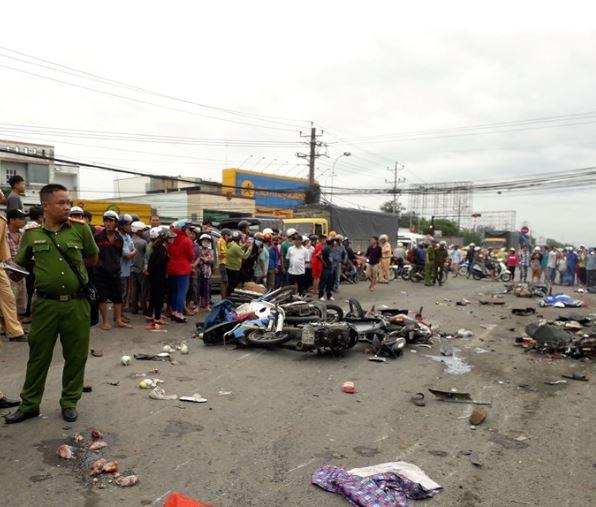 Clip: Khoảnh khắc kinh hoàng khi xe đầu kéo lao vào đám đông dừng đèn đỏ làm hàng chục người thương vong ở Bến Lức - Ảnh 1