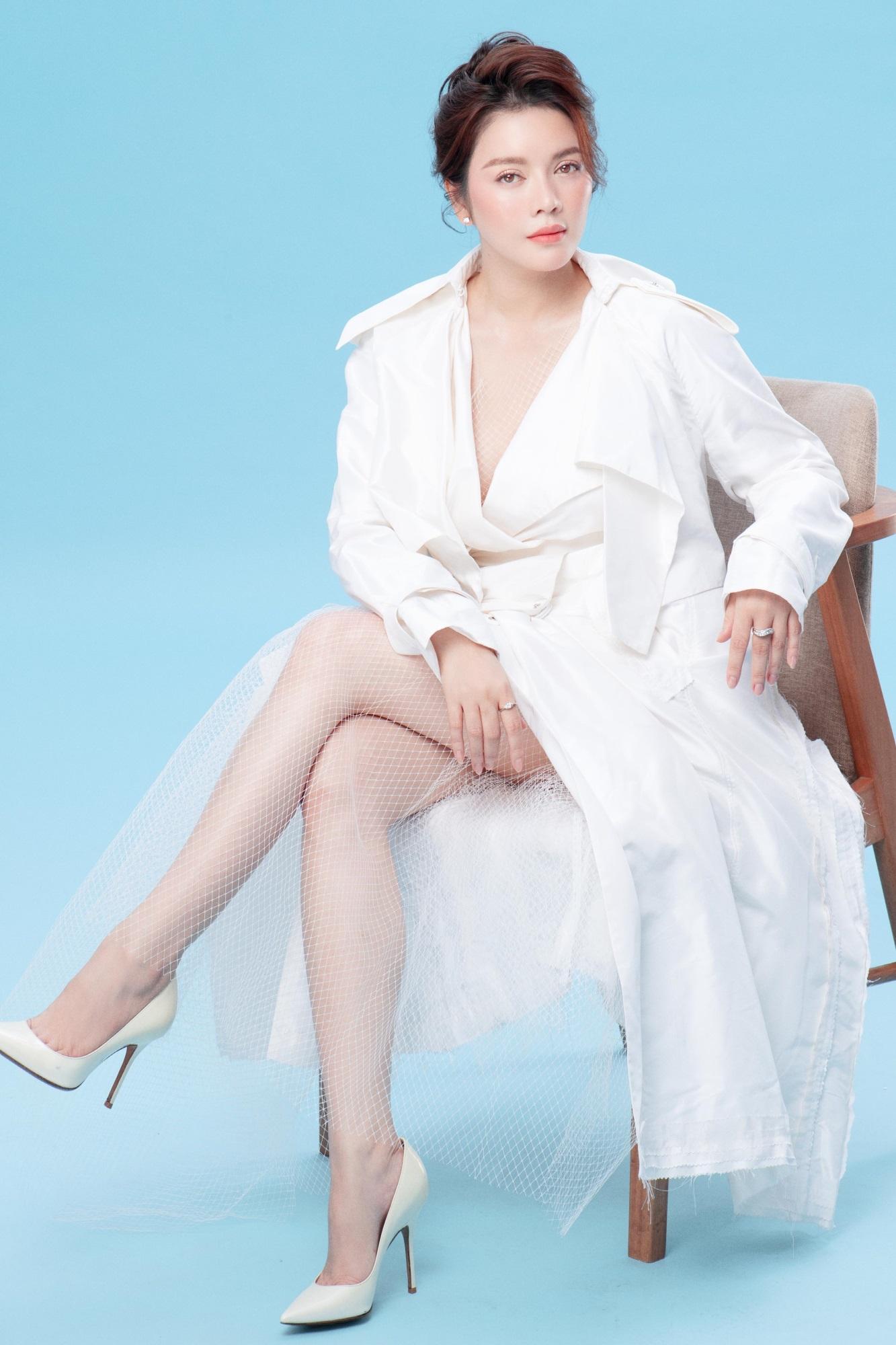 'Nữ hoàng kim cương' Lý Nhã Kỳ khiến fan mê mệt khi diện trang phục xẻ ngực gợi cảm - Ảnh 1
