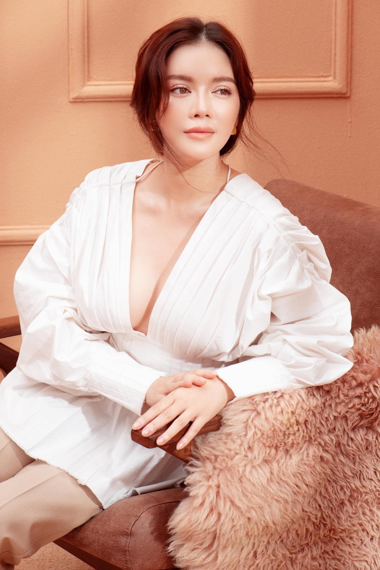 'Nữ hoàng kim cương' Lý Nhã Kỳ khiến fan mê mệt khi diện trang phục xẻ ngực gợi cảm - Ảnh 11