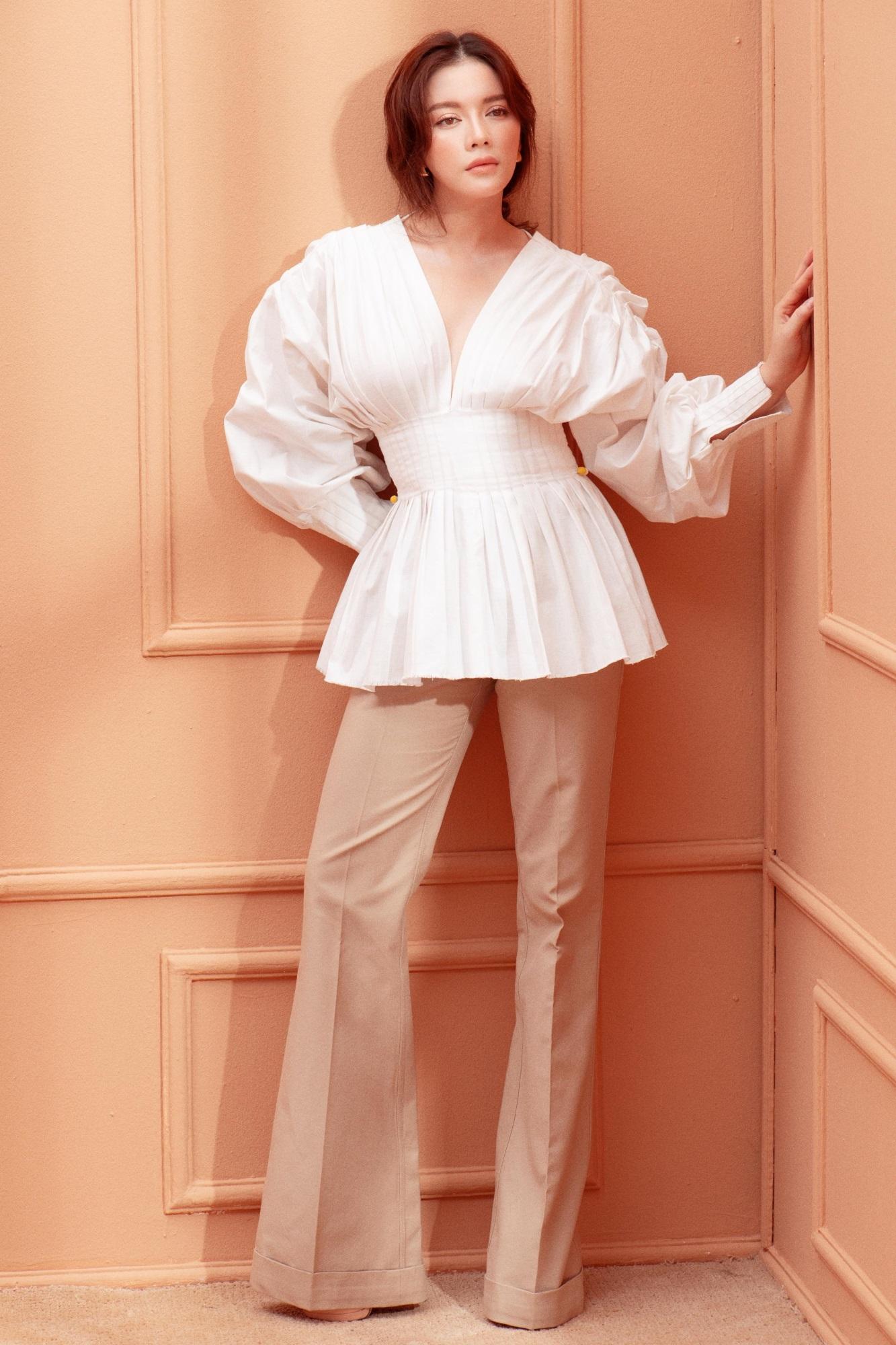 'Nữ hoàng kim cương' Lý Nhã Kỳ khiến fan mê mệt khi diện trang phục xẻ ngực gợi cảm - Ảnh 2