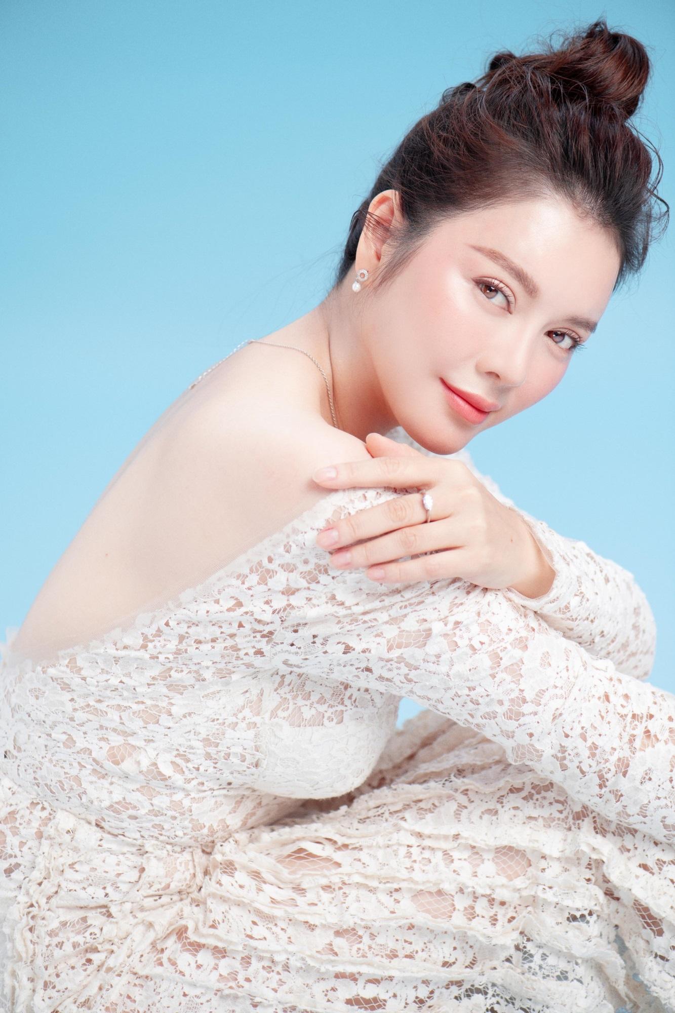 'Nữ hoàng kim cương' Lý Nhã Kỳ khiến fan mê mệt khi diện trang phục xẻ ngực gợi cảm - Ảnh 4
