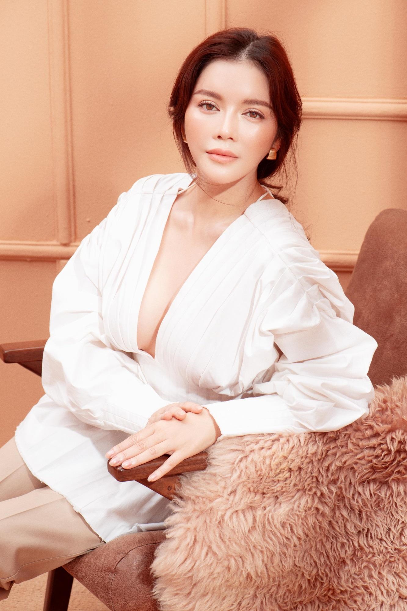 'Nữ hoàng kim cương' Lý Nhã Kỳ khiến fan mê mệt khi diện trang phục xẻ ngực gợi cảm - Ảnh 8
