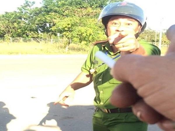 Công an vào cuộc xác minh clip cán bộ cảnh sát văng tục, đòi đánh tài xế ở Bình Phước - Ảnh 1
