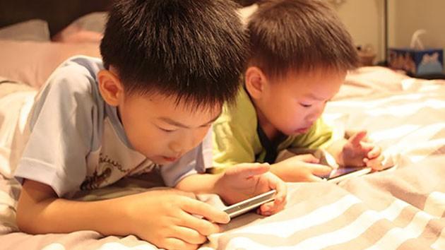 Sử dụng điện thoại như một vú em, cha mẹ không hay biết tác hại khủng khiếp với con mình thangnv test - Ảnh 2