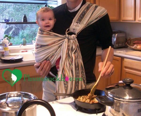 Cảnh báo: Trẻ có thể bị bỏng nếu mẹ vừa địu con vừa nấu nướng - Ảnh 2
