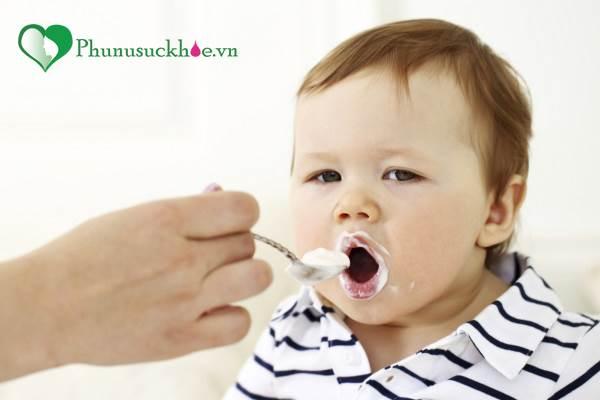 Cho trẻ ăn sữa chua kiểu này vừa mất chất vừa gây hại cho trẻ - Ảnh 1