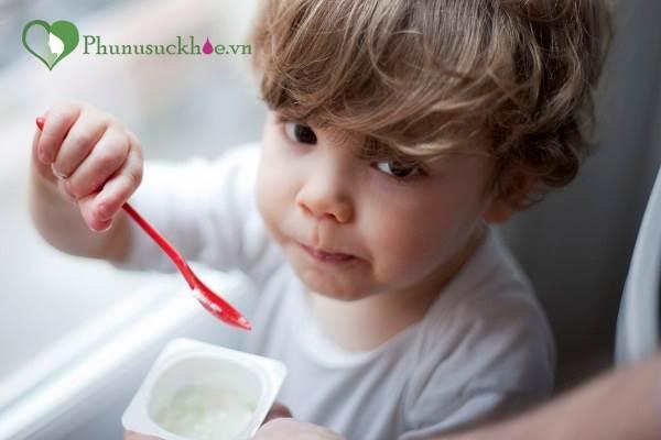 Cho trẻ ăn sữa chua kiểu này vừa mất chất vừa gây hại cho trẻ - Ảnh 2