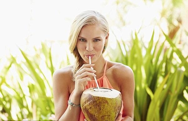 Bà bầu uống nước dừa tốt cho sức khỏe.