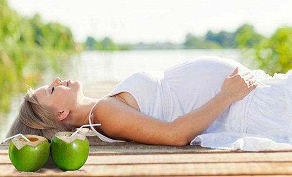Bà bầu uống nước dừa mỗi ngày tốt cho sức khỏe.