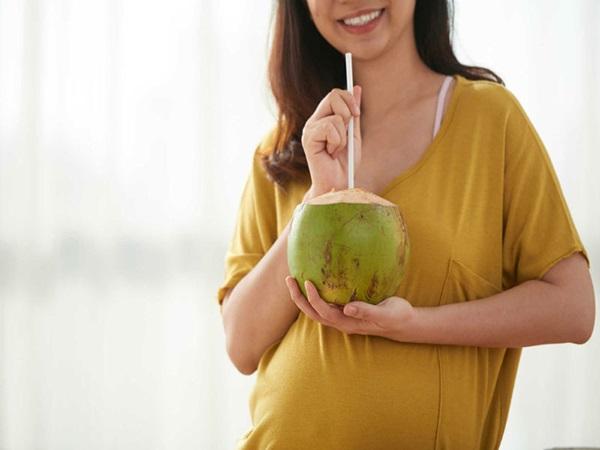 Bà bấu uống nước dừa từ tuần 33 trở đi sẽ rất tốt.