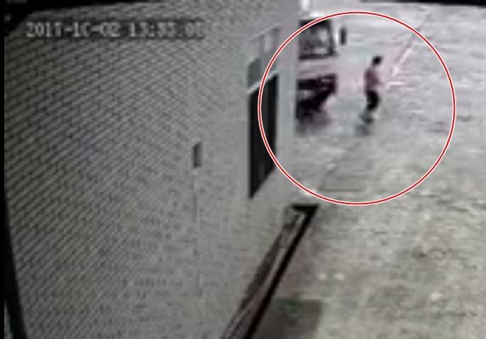 Thương tâm: Đang đi bộ trong sân nhà máy, nữ công nhân có 4 con nhỏ bị xe tải tông chết - Ảnh 1