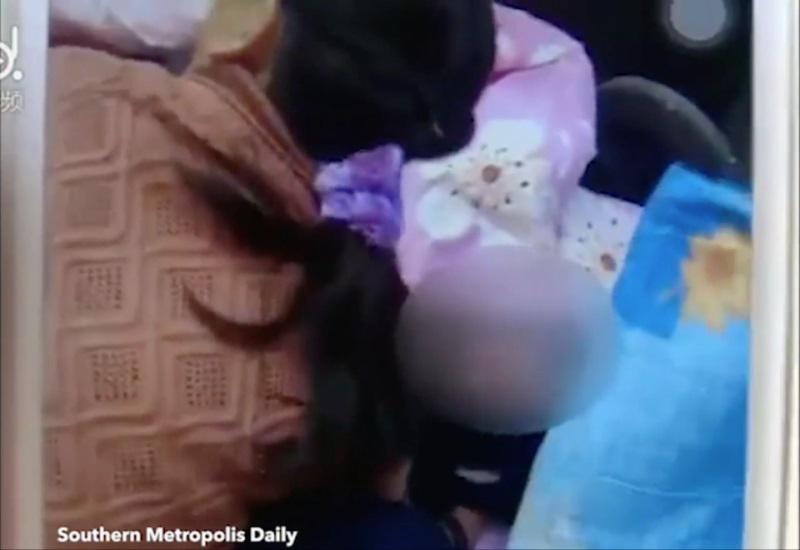 Bà mẹ 'nhí' nhẫn tâm ném đứa con mới sinh vào sọt rác - Ảnh 2