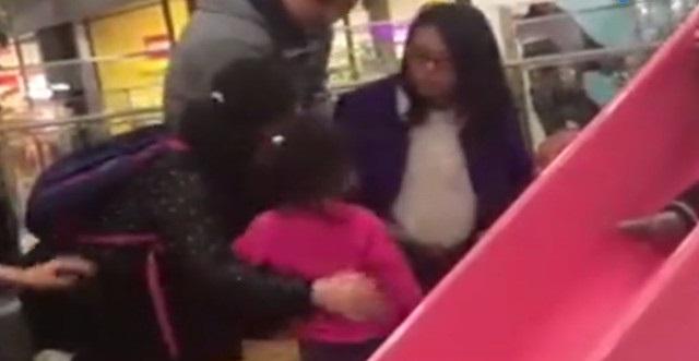 Bà mẹ 'nổi cơn điên' mắng té tát bé gái 4 tuổi, vì dám làm điều này với con mình trong khu vui chơi - Ảnh 1
