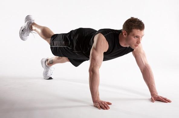 Nâng một chân để bài tập giảm mỡ bụng thêm hiệu quả