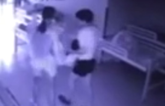 Rùng mình: 2 cô giáo mầm non quăng, đánh bé trai tới tấp, làm trẻ ngã từ trên giường xuống sàn nhà - Ảnh 1