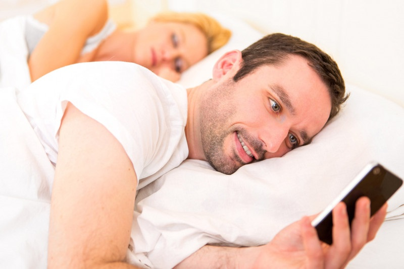 Bắt gặp chồng xem phim đen vợ bỗng sợ gần gũi - Ảnh 1