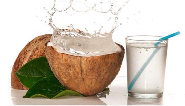 Uống 1-2 quả dừa mỗi ngày sẽ tốt cho sức khỏe của mẹ.