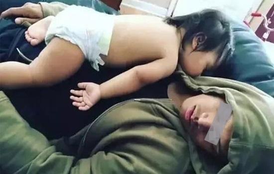 Bế con nằm úp mặt ru ngủ cho tình cảm, cha ân hận khi thức dậy con đã tử vong - Ảnh 1