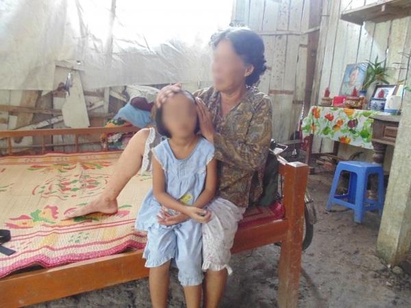 Tuổi thơ đầy nước mắt của bé gái 5 tuổi chứng kiến cảnh cha đâm chết mẹ - Ảnh 2